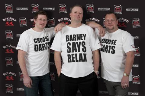 Ötletes pólókkal harcolnak a rák ellen a darts-sztárok