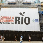 Tiltakozó transzparens Rióban