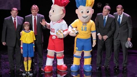 EURO 2012 kabalafigurák futball-legendák gyűrűjében