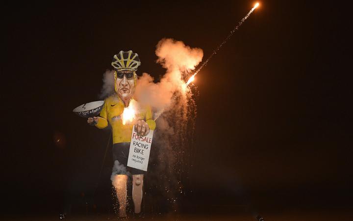 Jelképesen elégették Lance Armstrongot