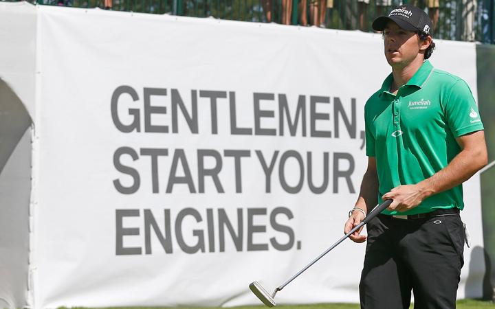 A Nike és az Oakley pereskedik a világelső golfozó miatt