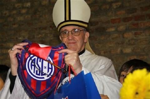 Ferenc pápa a San Lorenzó zászlajával