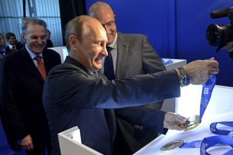Vlagyimir Putyin a szocsi olimpiai érmekkel