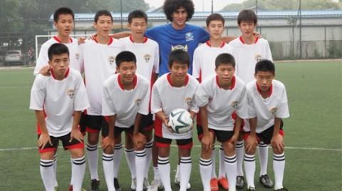 Fellaini fiatal kínai focistákkal