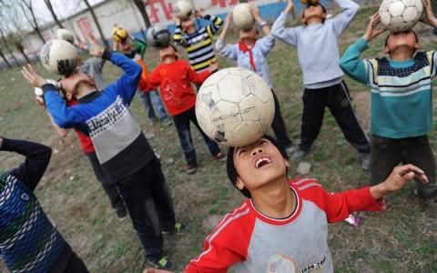 Kínai gyerekek focilabdával gyakorolnak