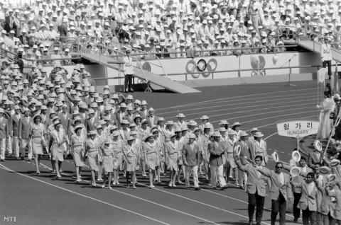 A magyar csapat vonul a XXIV. nyári olimpiai játékok megnyitóünnepségén.