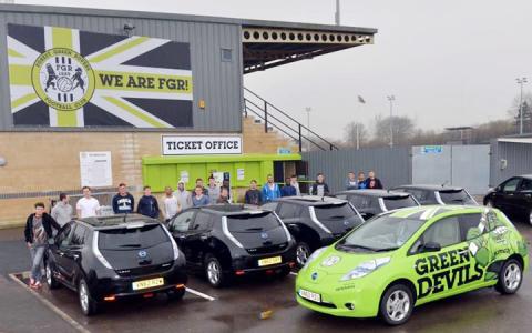 A Forest Green Rovers játékosai a Nissantól kapott elektromos autókkal