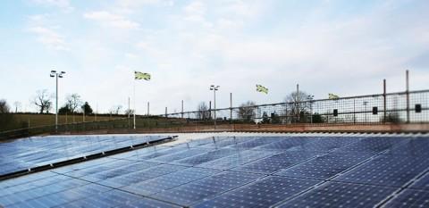 Napelemek a Forest Green Rovers stadionjának tetején