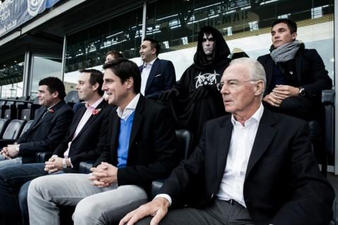 Franz Beckenbauer egy csuklyás alakkal