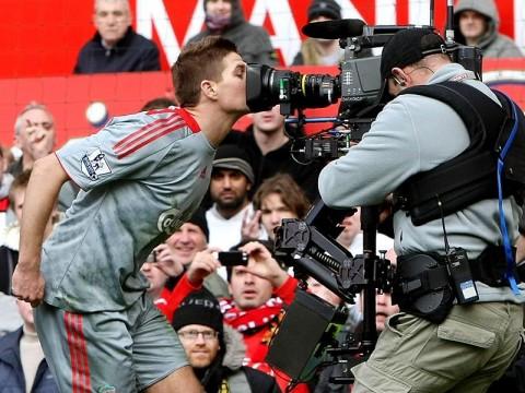 Steven Gerrard megcsókolja a kamerát