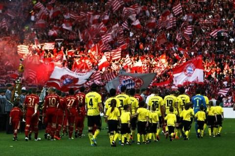 A Bayern München és a Borussia Dortmund játékosai a rangadó előtt