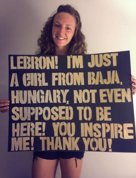 Hosszú Katinka a LeBron Jamesnek készített plakáttal