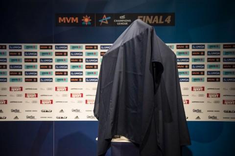 Az új EHF női BL-trófea a leleplezés előtt