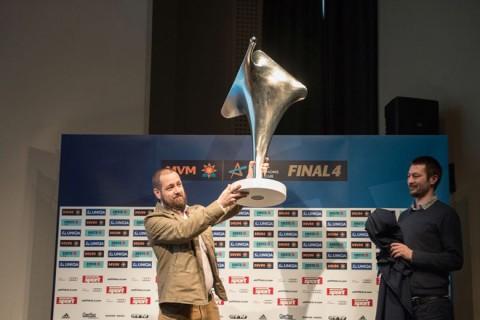 Az új EHF női BL-trófea bemutatása