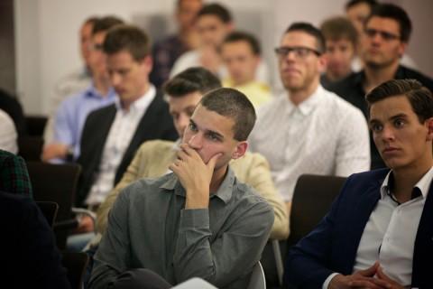 A-meetup-vendégei-hallgatják-az-előadásokat