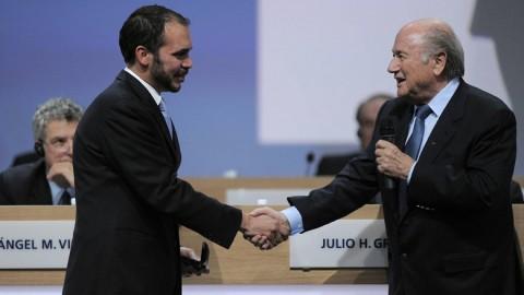 Ali Bin Al Hussein gratulál Sepp Blatternek