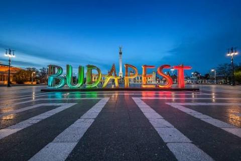 Budapest fényfelirat a Hősök terén