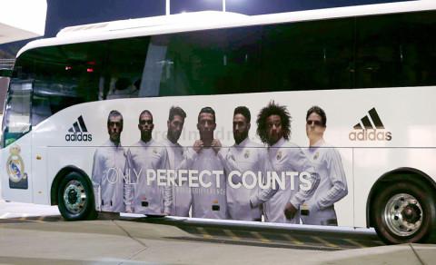 A Real Madird személyre szabott autóbusza Ausztráliában, ami szintén a csapata új Adidas szerelését reklámozza