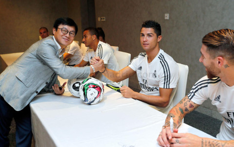 Ronaldo az egyik szurkolóval