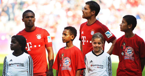 bayern-bunich-with-migrant-child-as-mascots