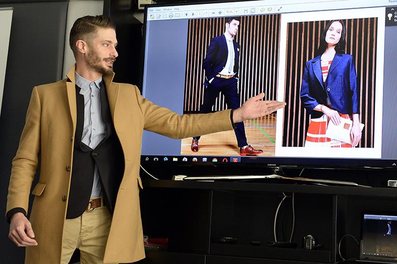 Tóth András, a Use Unused divatcég tervezője bemutatja az olimpiai csapat formaruháját.