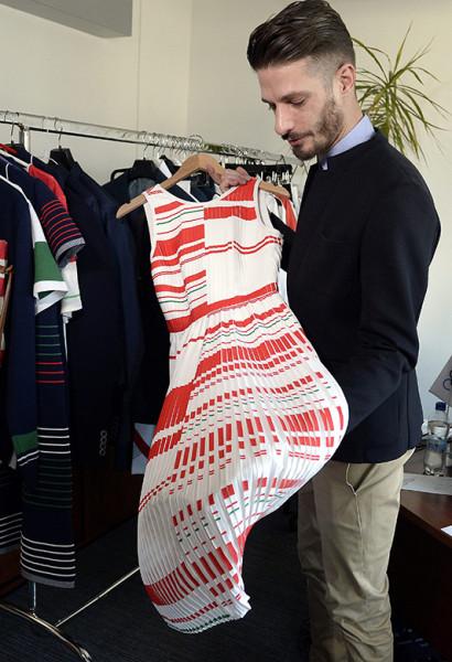 Tóth András, a Use Unused divatcég tervezője az olimpiai csapat formaruhájának darabjaival.
