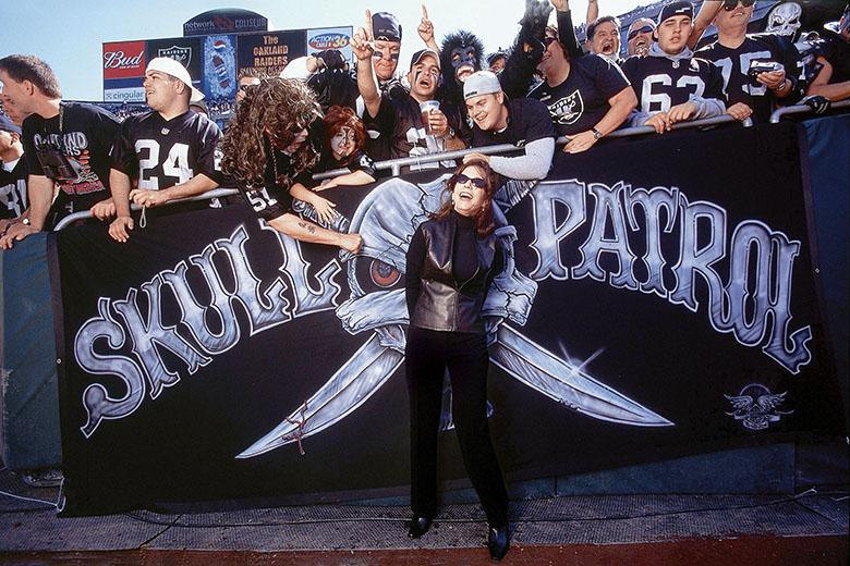 Amy Trask az Oakland Raiders szurkolóival