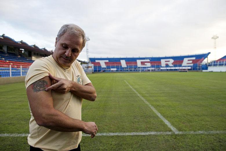 Ezequiel Rocino, a Club Atlético Tigre főtitkára mutatja a karjába ültetett mikrochipet.