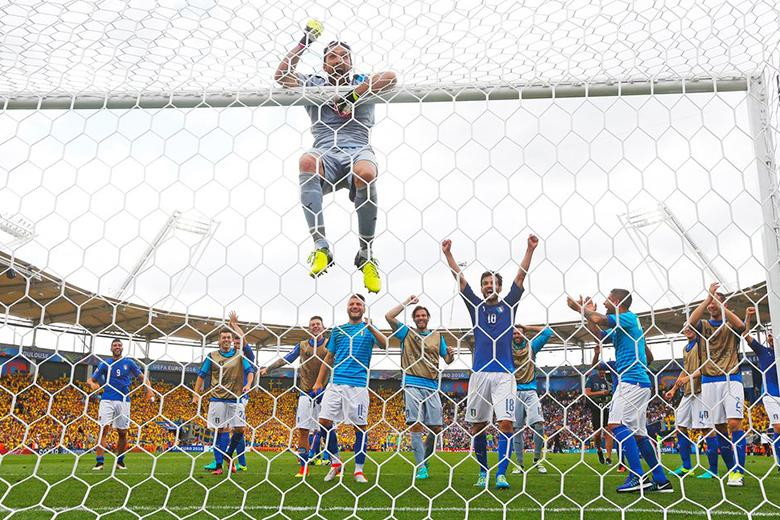 Az olasz csapat öröme Svédország legyőzése után.