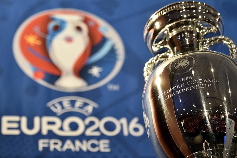 Az Európa-bajnoknak járó trófea.
