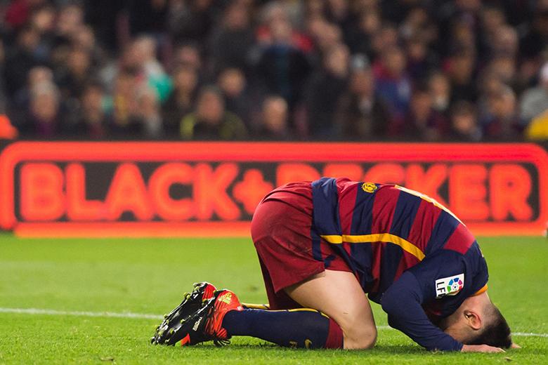 Messi fájlalja a lábát egy kemény belépő után.