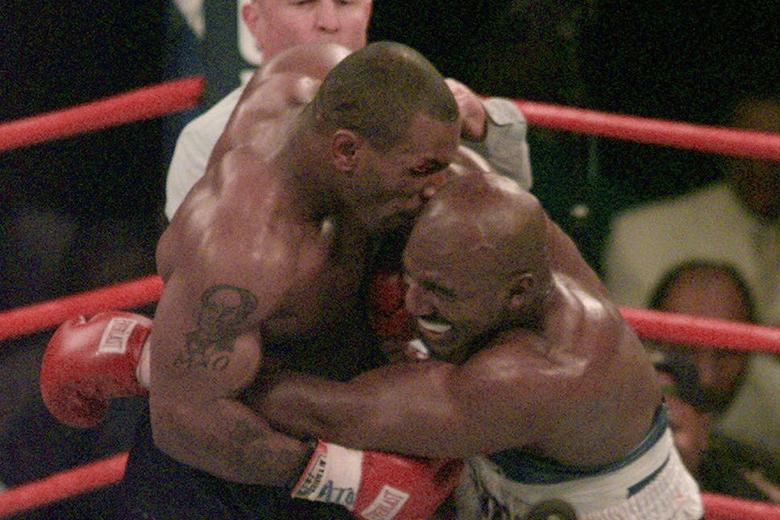 Mike Tyson mérkőzés közben harapta le Evander Holyfield fülét.