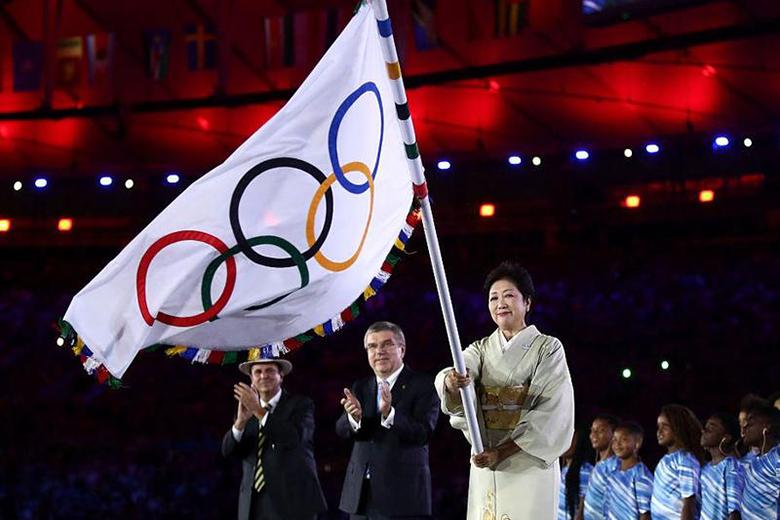 Yuriko Koike, Tokió kormányzója az olimpiai zászlóval