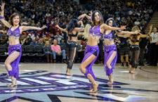Indiai koreográfiát adnak elő a cheerleaderek