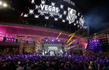 Bill Foley, a Vegas Golden Knights tulajdonosa mutatja be a csapat logóját a szurkolóknak a T-Mobile Arena előtt.