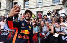Daniel Ricciardo szelfizik a rajongóival a budapesti Nagy Futamon