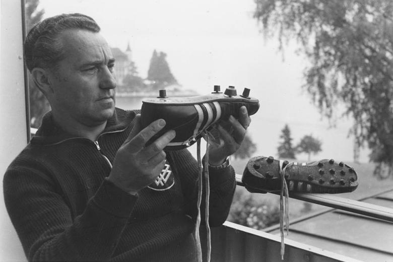 Három csík és stopli – a megkülönböztetés alapját az 1954-es berni csoda jelentette az Adidas számára. Ami nekünk magyaroknak tragédia, az Adolf Dassler számára aranybánya volt.