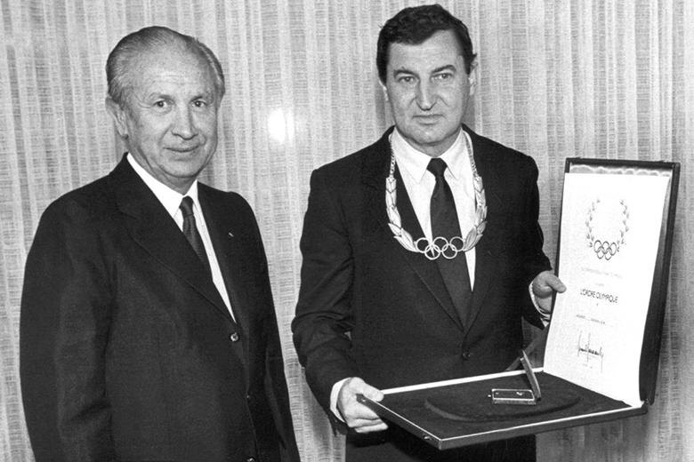 b40f9aa43c Horst Dassler (jobbra), a kapcsolatépítés mestere Juan Antonio Samaranch, a  NOB korábbi elnökének társaságában.