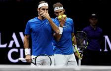 Federer és Nadal sugdolóznak a páros meccsük során a 2017-es Laver Cupon