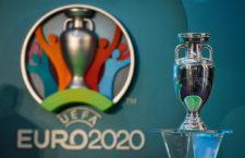 A labdarúgó Európa-bajnokság trófeája az EURO 2020 logója előtt